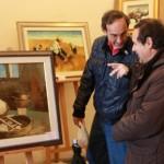 Gabriele Cancedda mostra le sue opere a un interessato visitatore